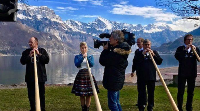 Beatrice Egli bläst das Alpenhorn