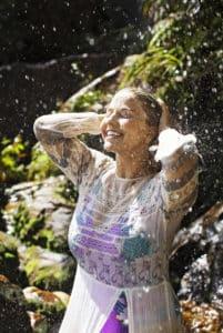 Beatrice Egli nimmt eine Dusche in der Sonne